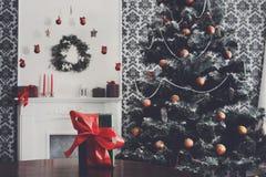 Regalo de Navidad en el fondo adornado del sitio, concepto del día de fiesta Fotografía de archivo libre de regalías
