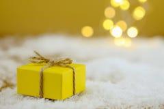 Regalo de Navidad en fondo de oro Imágenes de archivo libres de regalías