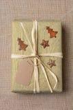 Regalo de Navidad en la arpillera Imágenes de archivo libres de regalías
