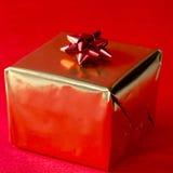 Regalo de Navidad en oro foto de archivo libre de regalías