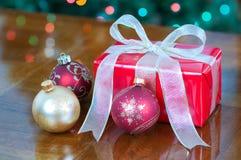 Regalo de Navidad en rojo y oro con los ornamentos Imagenes de archivo