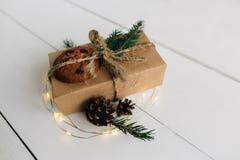 Regalo de Navidad en una tabla de madera blanca Fotos de archivo