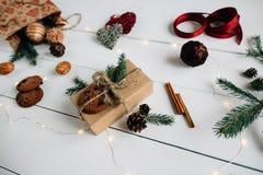 Regalo de Navidad en una tabla de madera blanca Imagenes de archivo