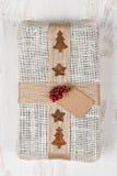 Regalo de Navidad envuelto arpillera Imagen de archivo libre de regalías