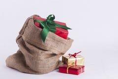 Regalo de Navidad envuelto en saco de la arpillera Imagen de archivo libre de regalías