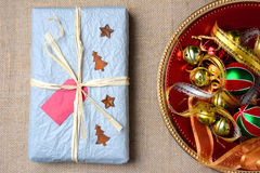 Regalo de Navidad envuelto Tray Ornaments Fotos de archivo