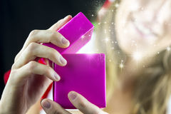 Regalo de Navidad mágico Imágenes de archivo libres de regalías