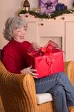 Regalo de Navidad mayor de la alegría de la mujer Imagen de archivo