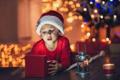 Regalo de Navidad sorprendido de la magia de la abertura del niño fotos de archivo libres de regalías