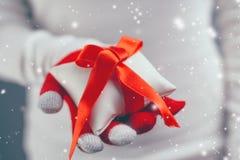 Regalo de ofrecimiento de la Navidad de la mujer en caja envuelta Imagenes de archivo