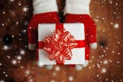 Regalo de ofrecimiento de la Navidad de la mujer en caja envuelta Imágenes de archivo libres de regalías