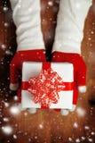 Regalo de ofrecimiento de la Navidad de la mujer en caja envuelta Fotos de archivo