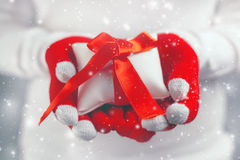 Regalo de ofrecimiento de la Navidad de la mujer en caja envuelta Fotografía de archivo libre de regalías