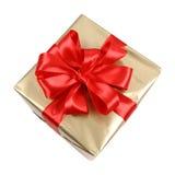 Regalo de oro con el arqueamiento rojo imagen de archivo libre de regalías