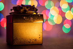 Regalo de oro de la Navidad Imagen de archivo