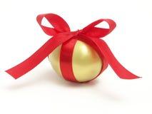 Regalo de oro del huevo Imágenes de archivo libres de regalías