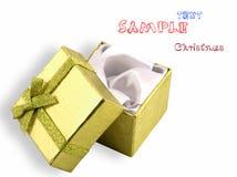 Regalo de oro hermoso en a sobre el fondo blanco Imagen de archivo libre de regalías