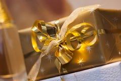 Regalo de oro, presente envuelto Fotos de archivo