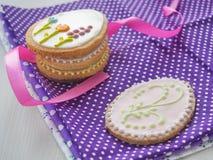 Regalo de Pascua Galletas de azúcar hechas en casa con el ornamento floral Galletas del pan de jengibre adornadas en la forma del Foto de archivo
