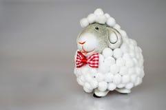 Regalo de Pascua: Juguete de las ovejas Fotos de archivo