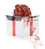 Regalo de plata con la cinta roja Foto de archivo libre de regalías