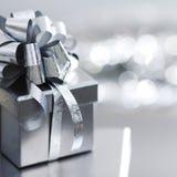 Regalo de plata de la Navidad Imágenes de archivo libres de regalías