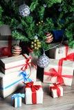 Regalo debajo de la bola de la Navidad del árbol Imagen de archivo libre de regalías