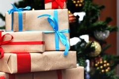 Regalo debajo de la bola de la Navidad del árbol Fotos de archivo