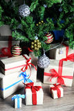 Regalo debajo de la bola de la Navidad del árbol Imagenes de archivo