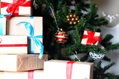 Regalo debajo de la bola de la Navidad del árbol Fotografía de archivo libre de regalías