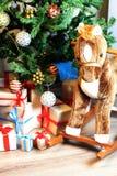 Regalo debajo de la bola de la Navidad del árbol Foto de archivo libre de regalías