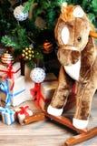 Regalo debajo de la bola de la Navidad del árbol Imágenes de archivo libres de regalías