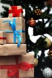 Regalo debajo de la bola de la Navidad del árbol Imagen de archivo