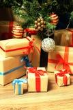 Regalo debajo de la bola de la Navidad del árbol Fotografía de archivo