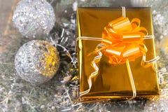 Regalo decorativo de lujo de la Navidad del oro Imagenes de archivo