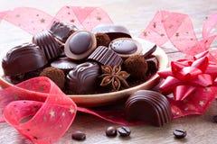 Regalo dei dolci del cioccolato con un nastro rosso Immagini Stock