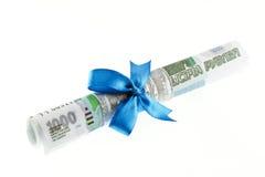 Regalo dei soldi legato con un arco blu fotografia stock