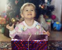 Regalo del Año Nuevo de la muchacha Imágenes de archivo libres de regalías