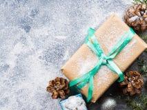Regalo del Año Nuevo de la Navidad con la cinta y la nieve Fotografía de archivo libre de regalías