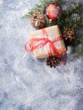 Regalo del Año Nuevo de la Navidad con la cinta y la nieve Imagenes de archivo