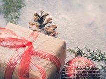 Regalo del Año Nuevo de la Navidad con la cinta y la nieve Fotos de archivo