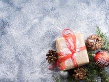 Regalo del Año Nuevo de la Navidad con la cinta y la nieve Foto de archivo