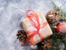 Regalo del Año Nuevo de la Navidad con la cinta y la nieve Imagen de archivo libre de regalías