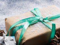 Regalo del Año Nuevo de la Navidad con la cinta y la nieve Fotos de archivo libres de regalías
