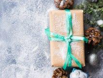 Regalo del Año Nuevo de la Navidad con la cinta y la nieve Foto de archivo libre de regalías