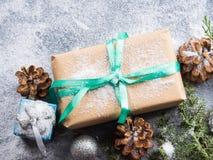 Regalo del Año Nuevo de la Navidad con la cinta y la nieve Fotografía de archivo