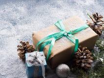 Regalo del Año Nuevo de la Navidad con la cinta y la nieve Imágenes de archivo libres de regalías