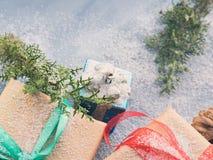Regalo del Año Nuevo de la Navidad con la cinta y la nieve Imagen de archivo