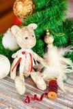 Regalo del Año Nuevo - juguete del oso de peluche del tilda en fondo de la Navidad Fotos de archivo libres de regalías