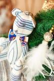Regalo del Año Nuevo - juguete del oso de peluche del tilda en fondo de la Navidad Foto de archivo